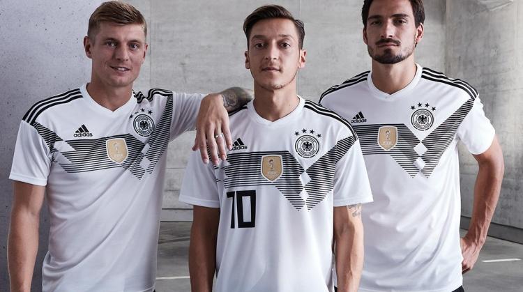 Фото  DFBСборная Германии презентовала игровую форму, в которой будет  выступать на Чемпионате мира-2018. Соответствующее фото появилось в  официальном ... 919caee6a33